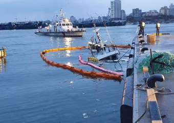 울산해경,방어진항내 침몰 선박발생 긴급인양